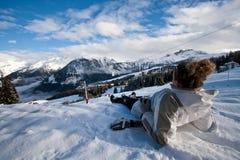 Distendendosi sulla spiaggia della neve Immagini Stock Libere da Diritti