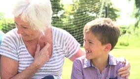 distensione dei nonni dei nipoti del giardino stock footage