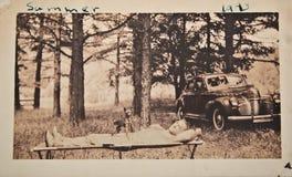 distensione della foto dell'uomo dell'automobile antica Fotografia Stock