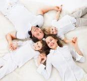 distensione domestica felice della famiglia Immagini Stock