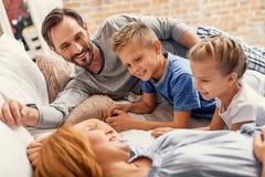 distensione domestica felice della famiglia immagine stock libera da diritti