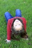 distensione sveglia dell'erba della ragazza Fotografia Stock Libera da Diritti