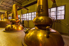 Distillateurs d'en cuivre de distillerie de whiskey photo stock