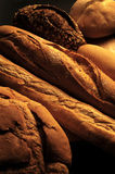 Distillateurs de pain : Variété, différents types de pain avec la lumière molle images libres de droits