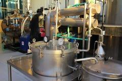 Distillatie van essentiële oliën in fabriek stock fotografie