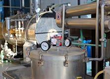 Distillatie van essentiële oliën in fabriek royalty-vrije stock fotografie