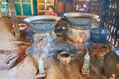 Distillatie van sterke alcohol van palmsap, Bagan, Myanmar stock afbeelding