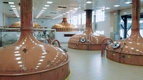 Distilleerderijzaal met ouderwetse het brouwen reservoirs stock footage
