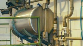 Distilleria crescente per la produzione del brandy della prugna infornando in una caldaia a gas, vaso di alambicco ancora durante fotografie stock libere da diritti