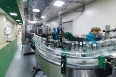 Distilleria di Brest La linea di imbottigliamento di vodka fotografia stock