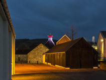 Distillerie de Glenfiddich la nuit. photographie stock libre de droits