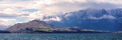 Distinctief Blauw Watermeer met Sneeuw Afgedekte Bergalpen op Achtergrond stock fotografie