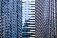 Distinctief hotel tussen wolkenkrabbers stock foto
