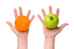 Distinga las manzanas de naranjas Imagenes de archivo