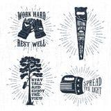 Distintivi d'annata disegnati a mano messi con i guanti, la sega e le illustrazioni di lavoro strutturati di vettore del pino illustrazione vettoriale