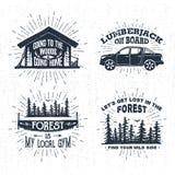 Distintivi disegnati a mano messi con la cabina di legno, il camioncino, la sega e le illustrazioni attillate della foresta Immagini Stock