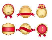 Distintivi dorati ed insegne del nastro messe annata Contrassegni di colore rosso Fotografia Stock Libera da Diritti