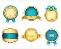 Distintivi dorati ed insegne del nastro messe annata Etichette blu Immagine Stock