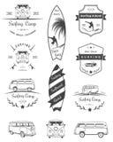 Distintivi e logos di vettore che praticano il surfing Fotografia Stock Libera da Diritti