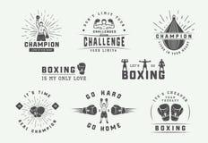 Distintivi ed etichette di logo di arti marziali e di pugilato nello stile d'annata Manifesti motivazionali con le citazioni ispi illustrazione vettoriale