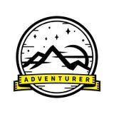 Distintivo dell'autoadesivo di viaggio di avventura della regione selvaggia di montagna Immagine Stock