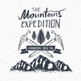 Distintivo dell'etichetta d'annata di spedizione della montagna retro Avventura d'escursione all'aperto dell'emblema strutturato  Immagine Stock