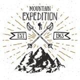 Distintivo dell'etichetta d'annata di spedizione della montagna retro Avventura dell'emblema strutturato disegnato a mano ed espl Fotografie Stock Libere da Diritti