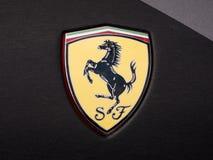 Distintivo di Ferrari sull'automobile di lusso nera di Ferrari fotografie stock libere da diritti