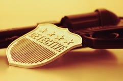 Distintivo e pistola dell'agente investigativo Fotografia Stock