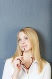 Distogliere lo sguardo di Holding Eyeglasses While della donna di affari fotografie stock libere da diritti