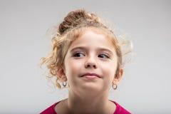 Distogliere lo sguardo riccio della ragazza del Preteen Immagini Stock Libere da Diritti