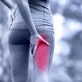 Distorsione o spasmi del tendine del ginocchio Lesione corrente di sport con il corridore femminile fotografia stock