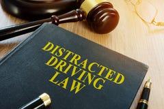Distracted che guida legge e martelletto immagini stock libere da diritti