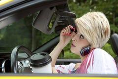 Distraherad ung kvinna, medan köra Royaltyfria Foton