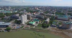 Distretti d'abitazione della città superiore di vista sulla sponda del fiume di estate stock footage