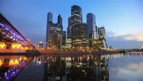 Distretto aziendale della città di Mosca che riflette in acqua archivi video