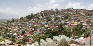 Distretto dei bassifondi di Caracas con le piccole case colorate di legno Fotografie Stock Libere da Diritti