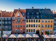 Distretto del canale e di spettacolo del porto di Nyhavn delle case variopinte accoglienti del famouse nuovo a Copenhaghen, Danim immagine stock