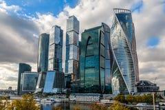 Distretto del centro della città di Mosca con i grattacieli che stanno alla r Fotografia Stock Libera da Diritti