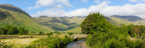 Distretto del lago valley di Langdale del fiume di Mickleden Beck dal vecchio torrione Ghyll i laghi Cumbria Inghilterra Regno Un fotografia stock libera da diritti