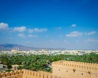 Distretto di Barka osservato dalla fortificazione di Nakhal fotografie stock libere da diritti