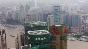 Distretto di Shanghai Lujiazui ed il fiume Huangpu finanziari, Shanghai, Cina stock footage