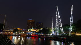 Distretto di spettacolo di Clarke Quay sul fiume di Singapore nella sera video d archivio