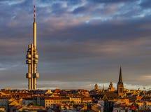 Distretto di Zizkow a Praga nei raggi di tramonto Fotografie Stock