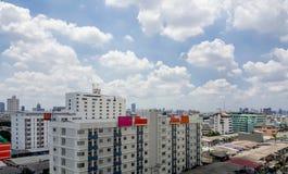 Distretto residenziale con alta costruzione a Bangkok Immagine Stock Libera da Diritti