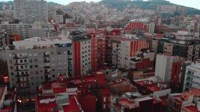 Distretto residenziale di Sants-Montjuic di vista aerea dall'elicottero Barcellona stock footage