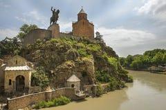 Distretto storico Metekhi, Mtkvari il fiume Kura, chiesa e statua di re Vakhtang Gorgasali a Tbilisi Fotografia Stock