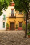 Distretto tradizionale di Santa Cruz di Siviglia, Spagna - quartiere ispanico di architettura fotografia stock libera da diritti
