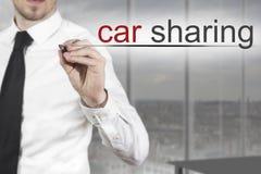 Distribución de coche de la escritura del hombre de negocios en el aire Foto de archivo