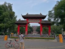 Distribución de la bici de Mobell y puerta de la universidad de Sichuan Fotos de archivo libres de regalías